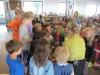 Frau Heimpl verteilt Kräutertöpfchen an die Schulklassen (Medium)
